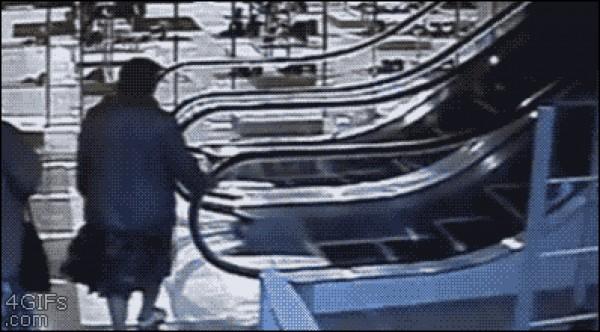 Su primera vez en escaleras electrica...LOL